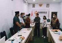 Kuasa Hukum Pasangan Calon (Paslon) Bupati Bintan, Alias Wello - Dalmasri, Johnson Panjaitan mendatangi Bawasli Kabupaten Bintan.