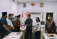 Kuasa Hukum Paslon Bupati dan Wakil Bupati Bintan Johnson Panjaitan bersama Meliyanti saat melaporkan dugaan tindak pidana pemilu di Bawaslu Bintan, pekan lalu (Suryakepri.com/ist)