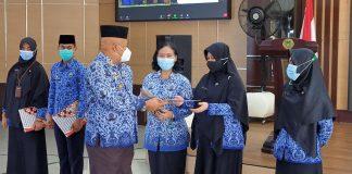 Penjabat Sementara (Pjs) Walikota Batam, Syamsul Bahrum memberikan hadiah bagi para Aparatur Sipil Negara (ASN) di wilayah Hinterland.
