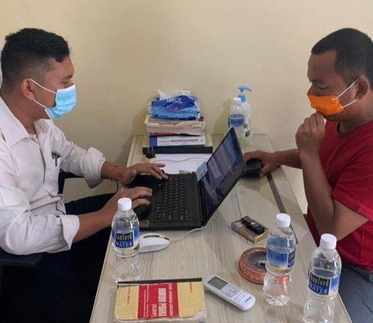 Ketua DPRD Bintan Agus Wibowo saat membuat laporan di Mapolres Bintan (Suryakepri.com/ist)