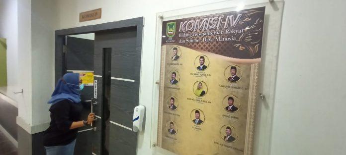 Suasana berbeda terlihat di lingkungan DPRD Kota Batam, Kepulauan Riau, Senin (30/11/2020) dimana 4 ruang Komisi yang ada di DPRD terlihat kosong.