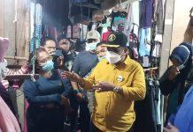 Bupati Petahana Karimun Aunur Rafiq terlibat perbincangan dengan sejumlah pedagang saat sarapan di pasar seken Puakang, Kamis (26/11/2020) pagi. Foto Suryakepri.com/Yahya