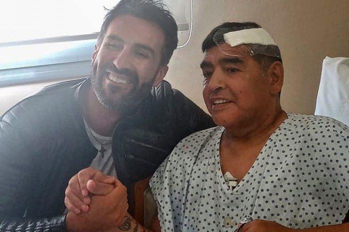 Diego Armando Maradona bersama dr Leopoldo Luque yang merawatnya setelah operasi kepala. Diduga legenda sepakbola Argentina ini terbunuh secara tak sengaja oleh dokter pribadinya. (Foto: LA NACION)