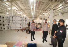 Kapolresta Barelang, AKBP Yos Guntur meninjau langsung gudang logistik Komisi Pemilihan Umum (KPU) Batam, yang berada di Gudang Ex Giant Batu Aji Kota Batam, Jumat (20/11/2020)