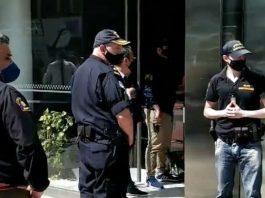 Saat polisi Argentina menggeledah rumah dr Leopoldo Luque, dokter yang meawat Diego Maradona. (Foto dari LA NACION)