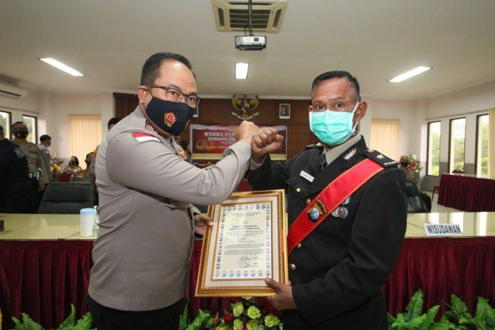 Kapolresta Barelang, AKBP Yos Guntur menerima penghargaan dari Asosiasi Perusahaan Penempatan Tenaga Kerja Indonesia (Aspataki), yang digelar di Hotel Bidakara, Jakarta, Rabu (25/11/2020) malam.