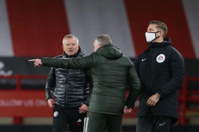 Manajer Manchester United Ole Gunnar Solskjaer (membelakangi lensa) memarahi manajer Sheffield United Chris Wilder lantaran pemainnya melakukan tekel keras terhadap para pemain MU di Bramall Lane, Kamis (17/12/2020). Skuad Solskjaer menang 3-2 dalam laga ini. (Foto dari MEN Sport)