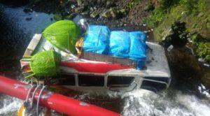 Bus yang terjun ke sungai, di kawasan wisata Air Terjun Lembah Anai, Kabupaten Tanah Datar, Sumbar, pada Rabu pagi (30/12/20).