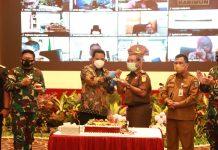 Dalam rangkaian penyerahan DIPA 2021 untuk Provinsi Kepri, Pjs Gubernur Bahtiar Baharuddin dan undangan yang hadir juga memberi ucapan selamat kepada Kajati Kepri Sudarwidadi yang berulang tahun.