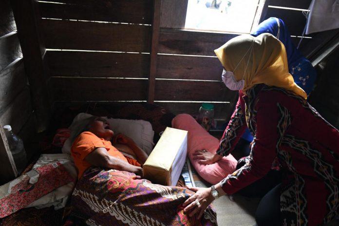 Pjs TP PKK Provinsi Kepri ketika tiba di sebuah rumah sederhana yang di huni seorang lansia dengan anaknya yang penyandang disabilitas.