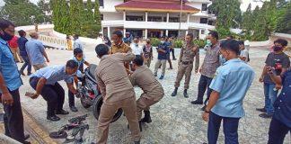 Kecelakaan lalu lintas yang terjadi tepat di gerbang masuk Kantor Walikota Batam, Batam Center, Batam, Kepulauan Riau