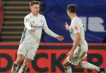 Harvey Barnes (kiri) bersama Jonny Evans merayakan gol penyeimbang ke gawang Crystal Palace pada menit ke-83 untuk menjadikan skor imbang 1-1 di Selhurst Park, Senin (28/12/2020). Foto: Premierleague.com