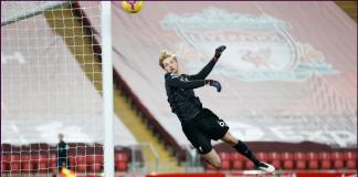 Kiper Liverpool Caoimhin Kelleher menepis bola hasil tembakan keras Daniel Podence. Kiper muda Liverpool ini meraih clean sheet pada pertandingan pertamanya sebagai starter bagi tim senior di Liga Premier Inggris. (Foto: Premierleague.com)