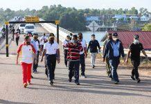 Pjs Gubernur Kepri Bahtiar Baharudin jalan sehat bersama Forkominda Provinsi Kepulauan Riau, Kamis (3/12). Jalan santai ini dimulai dari jembatan 3 Dompak, dan finish di Bumi Perkemahan Kwarda Gerakan Pramuka, Dompak, Tanjungpinang.