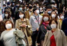 Foto ilustrasi: sejumlah warga Tokyo, Jepang yang pakai masker di jalan/REUTERS