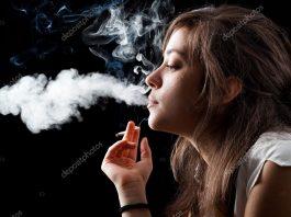 Ilustrasi remaja perempuan merokok. (Foto: Depositphotos)