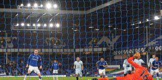 Gylfi Sigurdsson mencetak gol penalti untuk Everton pada menit ke-22, dalam laga melawan Chelsea di Goodison Park, Sabtu (12/12/2020) atau Minggu dinihari waktu Indonesia. (Foto: Chelseafc.com)
