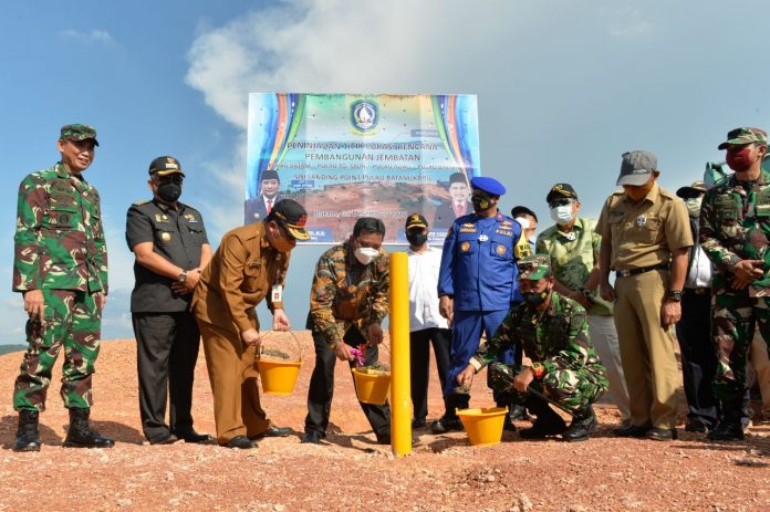 Pjs Gubernur Kepri, Bahtiar Baharuddin melakukan pemancangan titik awal lokasi landing point Jembatan Babin, Selasa (1/12) di Kabil, Batam.