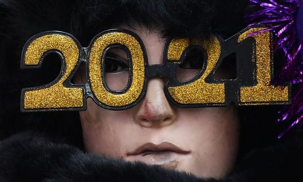 Kacamata 2021 dijual di Times Square yang akan dibersihkan dari orang-orang untuk Malam Tahun Baru. Foto: Stephen Lovekin / REX / Shutterstock