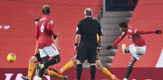 Marcus Rashford (kanan) ketika melepaskan tembakan kaki kiri untuk mencetak gol tunggal kemenangan atas Wolves di Old Trafford, Rabu (30/12/2020) dinihari waktu Indonesia. (Foto: Premierleague.com)