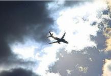 Pesawat kargo Boeing 747 yang terbang dari Hong Kong, saat ancang-ancang untuk melakukan pendaratan darurat di bandara Novosibirsk Tolmachevo, Rusia.(Foto: Komsomolskaya Pravda)