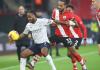 Penyerang Manchester City Raheem Sterling dikawal ketat oleh Theo Walcott. Sterling mencetak satu-satunya gol dalam kemenangan 1-0 atas tuan rumah Southampton di St. Mary's Stadium, Sabtu (19/12/2020). (Foto dari southamptonfc.com)
