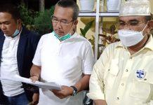 Cabup Karimun 01 Aunur Rafiq (kanan) didampingi Tim Koalisi Pemenangan memberikan keterangan pers, Rabu (16/12/2020) malam. (Foto: Suryakepri.com/Rachta Yahya)