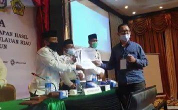 Saksi Paslon 02, M Ginastra menyerahkan formulir keberatan kepada Ketua KPU Karimun, Rabu (16/12/2020) malam. (Foto: Suryakepri.com/Rachta Yahya)