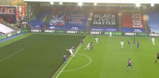 Pemain Leeds United Patrick Bamford (baju putih) dinyatakan offside setelah mencetak gol ke gawang Crystal Palace. Itu karena tangannya menjorok melewati pemain Palace. Dengan aturan baru nantinya, posisi seperti ini tidak dianggap offside. (Foto: Screenshot via sportsjoe.ie).