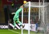 Kiper Crystal Palace Vicente Guaita, melompat untuk menahan tembakan Ben Davies yang membentur mistar gawang. Guaita tampil gemilang dengan menggagalkan upaya para pemain Spurs dalam hasil imbang 1-1 di Selhurst Park, Minggu (13/12/2020). Foto: Premierleague.com.