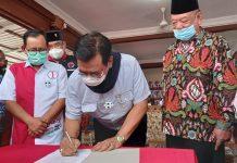 Cagub Kepri Nomor 1 Soerya Respationo teken komitmen moral di hadapan masyarakat Karimun. Foto Suryakepri.com/Yahya