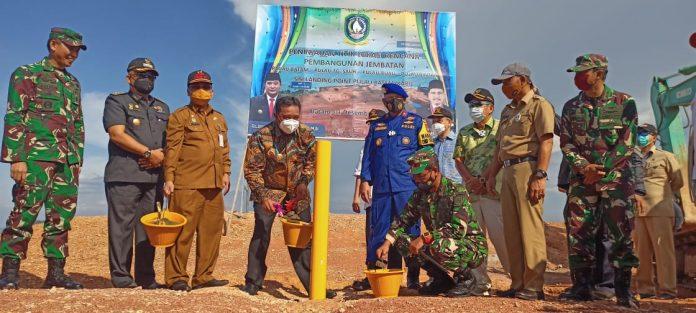 Penjabat Sementara (Pjs) Gubernur Kepulauan Riau, Bahtiar Baharuddin meresmikan titik awal rencana pembangunan Jembatan Batam - Bintan,