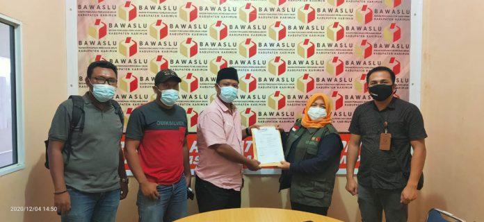 Arie Firdaus Anang dan kawan-kawan melaporkan Paslon Bersinar ke Bawaslu Karimun, Jumat (4/12/2020) sore. Foto Suryakepri.com/IST