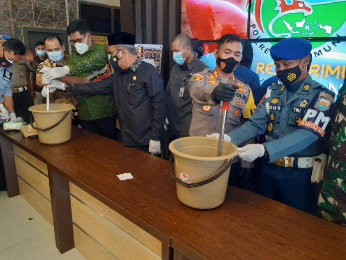 Kapolres Karimun AKBP Muhammad Adenan menggelar acara pemusnahan 4,1 kg sabu, Jumat (4/12/2020). Foto Suryakepri.com/YAHYA