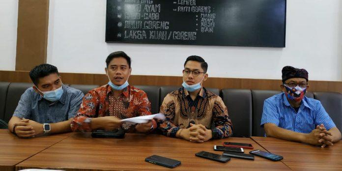 Tim Kuasa Hukum Paslon ADA didampingi Cabup Bintan Alias Wello saat menggelar konferensi pers (Suryakepri.com)