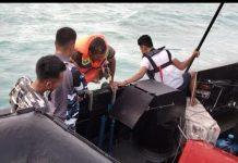 Prajurit KRI Sembilang-850 saat menyelematkan ABK KM Rizki Biliton yang tenggelam (Suryakepri.com/ist)