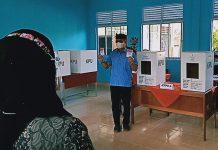 Cabup Bintan Alias Wello usai mencoblos (Suryakepri.com/ist)