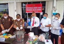 Kepala Kejari Bintan Sigit Prabowo saat mengerinda HP disaksikan pihak perwakilan PN Tanjungpinang, Polres Bintan dan Dinkes Bintan di kantor Kejari Bintan (Suryakepri.com/Muhammad Bunga Ashab)