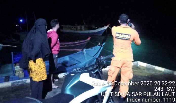 Proses evakuasi dua nelayan (Suryakepri.com/ist)