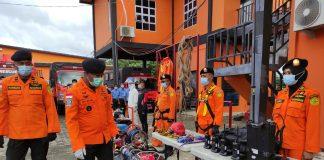 Kepala Kantor Pencarian dan Pertolongan Natuna Mexianus Bekabel saat memeriksa kesiapan personel dan peralatan di halaman kantornya (Suryakepri.com/ist)