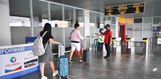 Petugas Pelabuhan SBP Tanjungpinang saat memantau penumpang (Suryakepri.com)
