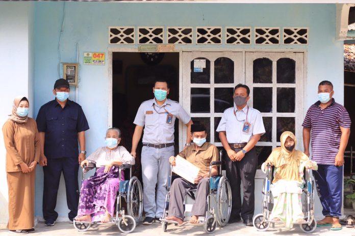 PT Timah TBK salurkan 3 kursi roda bagi penyandang disabilitas di Kundur, Karimun, Rabu (23/12/2020). Foto Suryakepri.com/PT Timah TBK