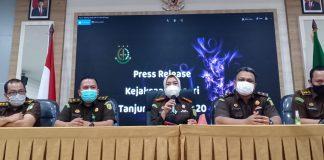 Kepala Kejari Tanjungpinang Ahelya Abustam didampangi pejabat utamanya saat konferensi pers baru-baru ini (Suryakepri.com/Muhammad Bunga Ashab)