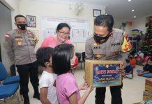 Kapolda Kepri Irjen Aris Budiman dalam bakti sosial, dalam menyambung perayaan Natal 2020.