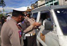 Kepala Satlantas Polres Tanjunginang AKP Teuku Fazrial Kenedy saat melakukan pengecekan terhadap angkot di Jalan Merdeka Tanjungpinang (Suryakepri.com)