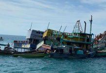 Proses eksekusi penenggelaman barang bukti lima unit kapal asing di Kabupaten Karimun, Kepri, Senin (28/12/2020)