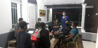 Rekan Teguh Darmawan, korban jatuh ke laut dari atas kapal memberikan keterangan di Posmat TNI AL Meral, Senin (28/12/2020) malam. Foto Suryakepri.com/IST