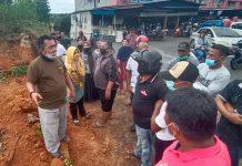 Warga menolak pekerja yang ingin membangun pertokoan di lokasi (Suryakepri.com/Muhammad Bunga Ashab)