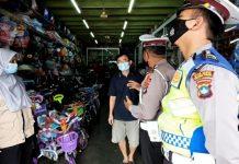 Petugas Satlantas Polres Tanjungpinang saat memberikan imbauan kepada pemilik toko atau bengkel (Suryakepri.com)