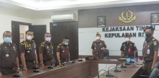Kepala Kejati Kepri Hari Setiyono didampangi pejabat utamanya menyaksikan pelantikan Wakil Jaksa Agung sebagai Ketua Tim Tim Khusus Penuntasan Dugaan Pelanggaran Ham Berat lewat virtual (Suryakepri.com)